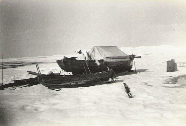 Båten drogs upp på isen och fungerade som basläger för säljägarna.