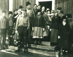 Samling på förstubron för att ta avsked av jägarna. I centrum står Brita Olofsson vars tre söner skall iväg.