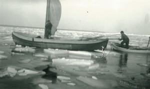 Storbåten och jollen ute i isvaken. Notera att storbåten förhöjts med de löstagbara sidostyckena.