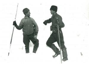 Bröderna Sven och Henning Olofsson utrustade med spjutstavar och kikare.