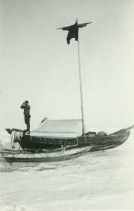 """Båten uppställd på lägerplats. """"Skylten"""" är hissad i masten för att jägarna lätt ska hitta hem."""